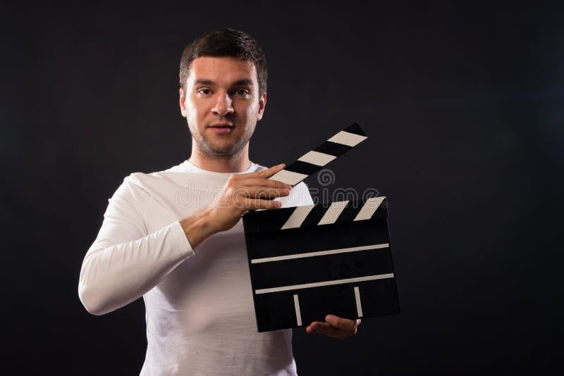 Młody człowiek Kaukaski pojawienie trzyma clapperboard Pora zdjęcie royalty free