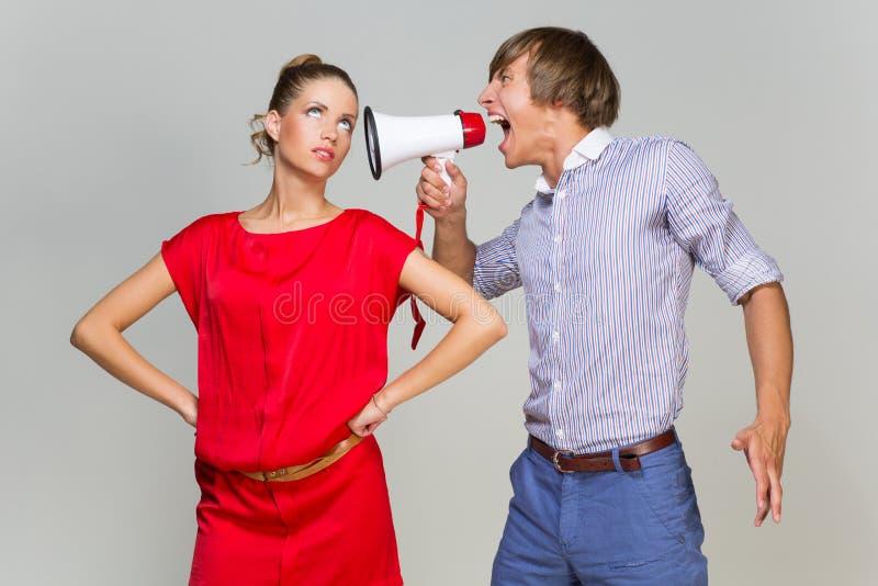Młody człowiek krzyczy przy dziewczyną fotografia stock