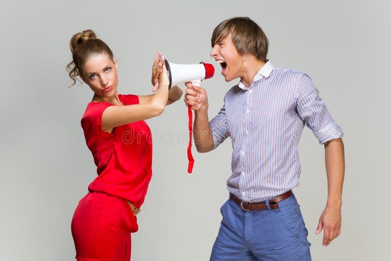 Młody człowiek krzyczy przy dziewczyną obrazy stock