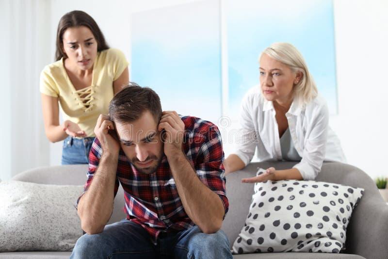 Młody człowiek ma argument z żoną i świekrze zdjęcia stock