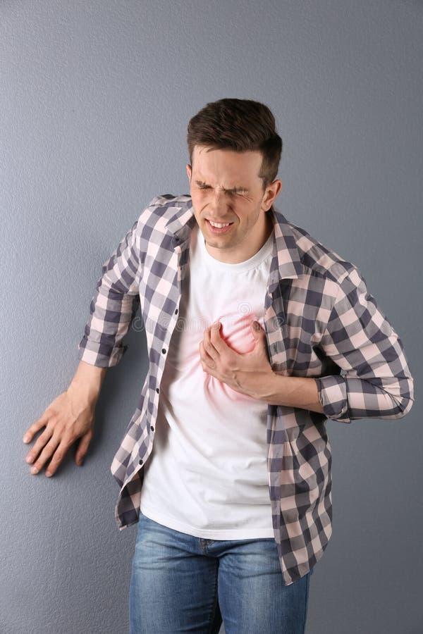 Młody człowiek ma ataka serca zdjęcie royalty free