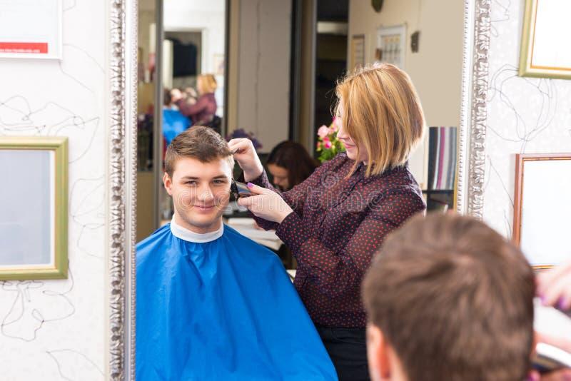 Młody Człowiek Ma włosy Ciącego salonu stylistą zdjęcie royalty free