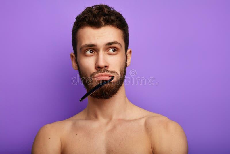 Młody człowiek marzy o coś w łazience obraz stock