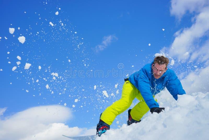 Młody człowiek na snowboard obraz stock