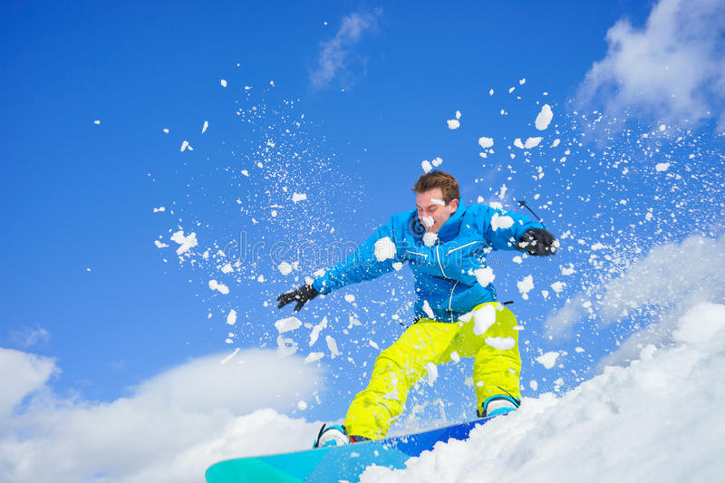 Młody człowiek na snowboard zdjęcie stock