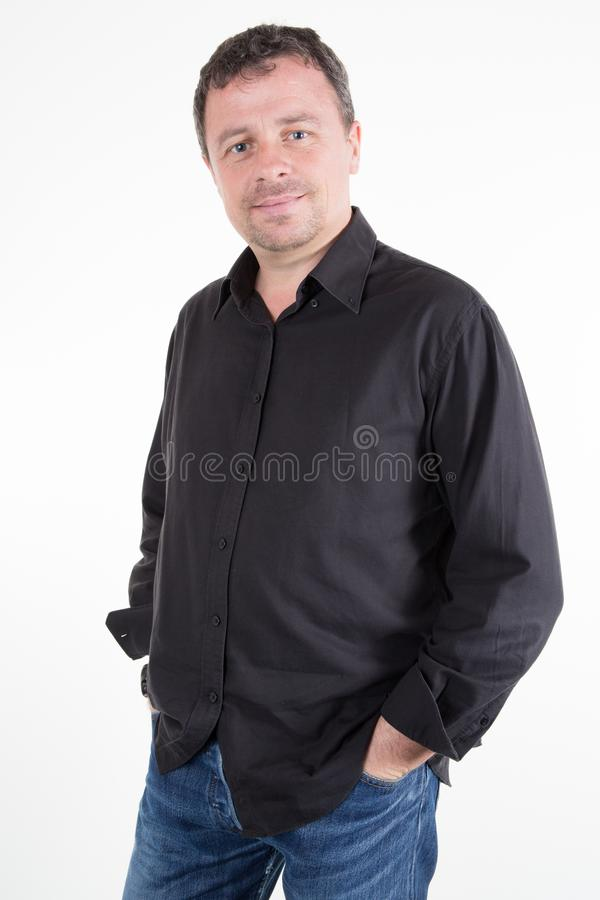 Młody człowiek nad białego tła samiec Kaukaskim modelem w pracownianym krótkopędzie fotografia royalty free