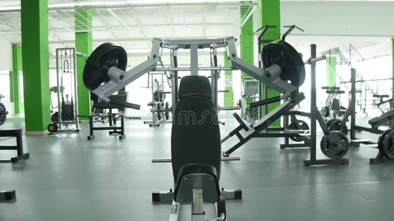 Młody człowiek napina klatka piersiowa mięśnie na gym maszynie obraz royalty free