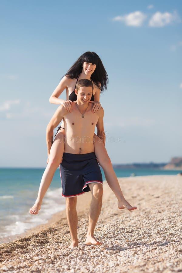 Młody człowiek niesie dziewczyny zdjęcie stock