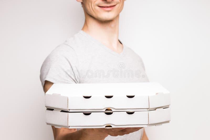 Młody człowiek ofert pudełka z pizzą obraz royalty free