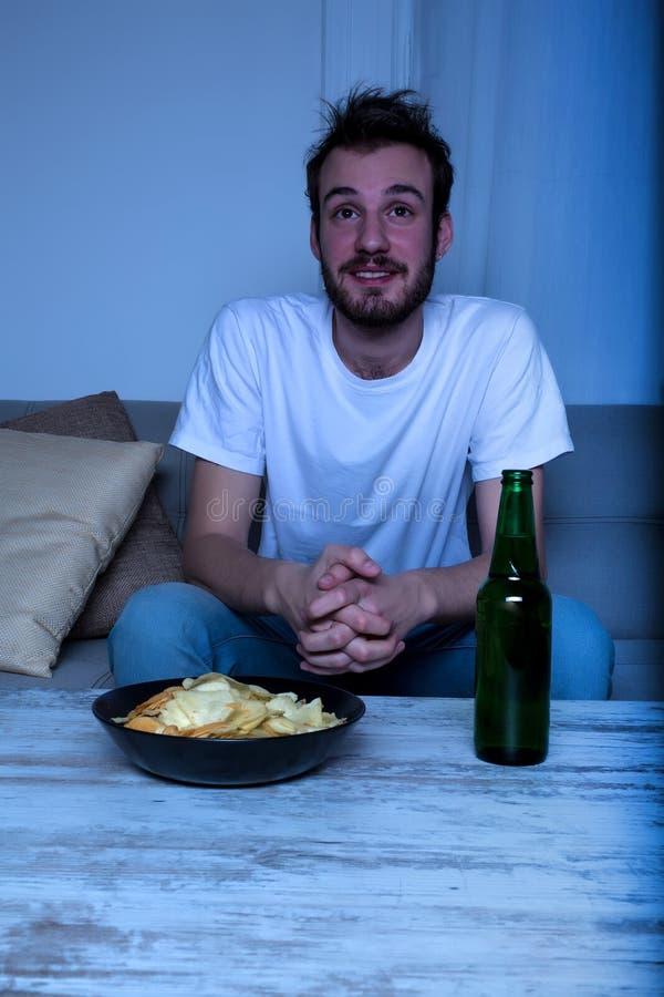 Download Młody Człowiek Ogląda TV Przy Nighttime Z Układami Scalonymi I Piwem Obraz Stock - Obraz złożonej z ludzie, film: 57654559