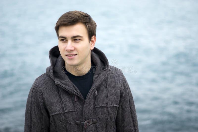 Młody człowiek ono uśmiecha się outdoors, portret obrazy royalty free