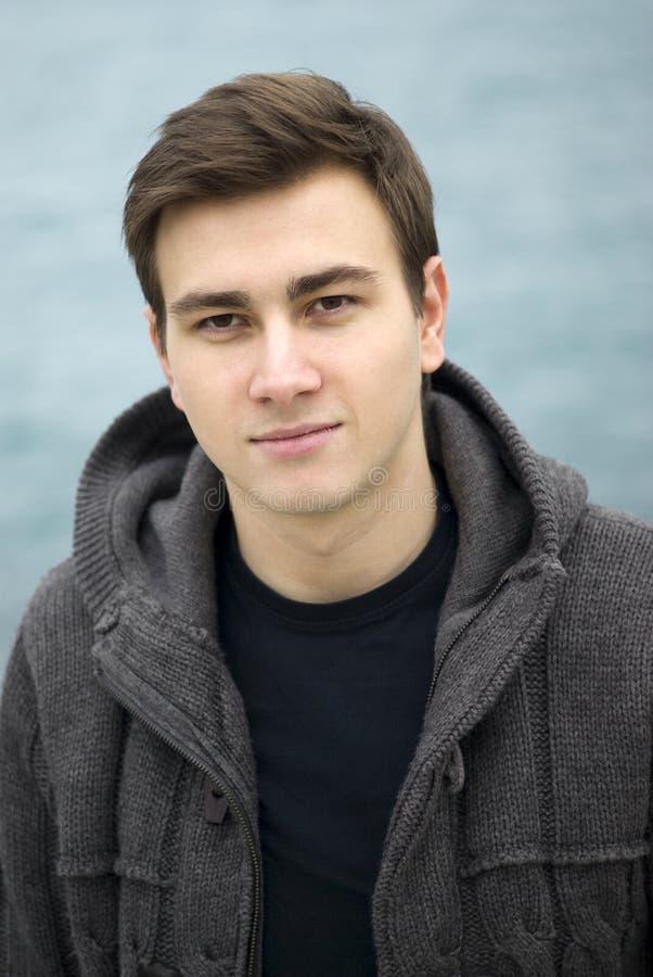 Młody człowiek ono uśmiecha się outdoors, portret zdjęcie royalty free