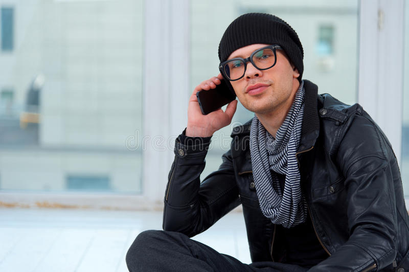 Młody człowiek opowiada na telefonie zdjęcie royalty free