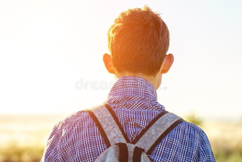Młody człowiek patrzeje w odległość na słonecznego dnia pojęciu wolność i turystyka zdjęcia royalty free