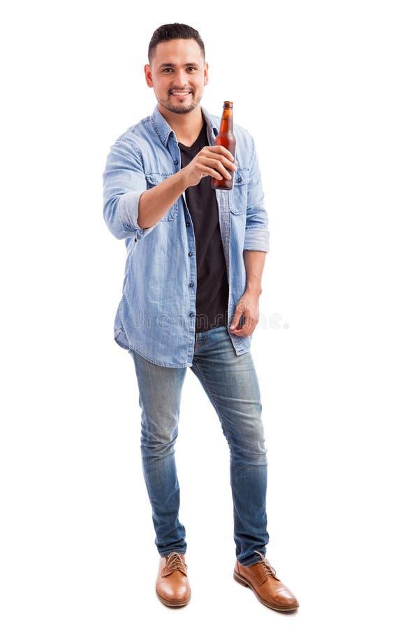 Młody człowiek pije piwo od butelki zdjęcie stock