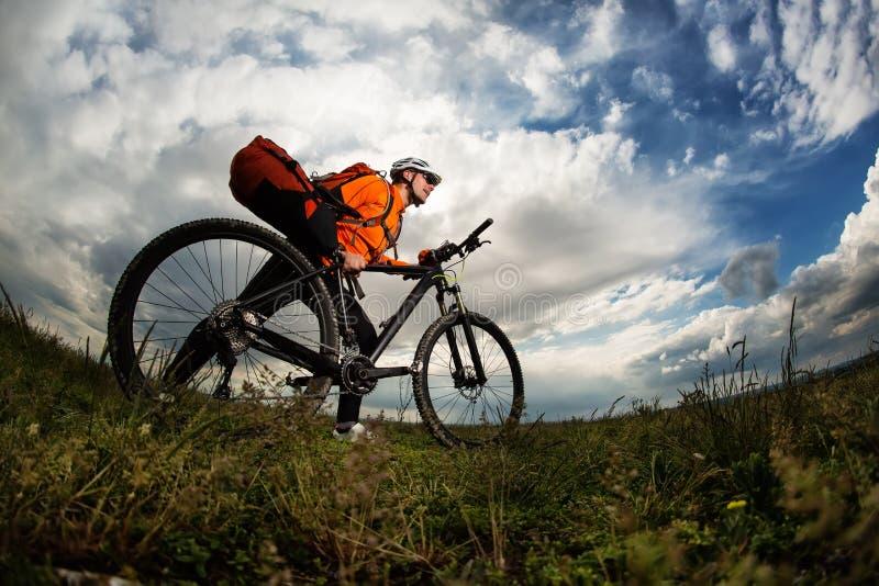 Młody człowiek podróż bicyklem na wiejskiej drodze zdjęcia stock