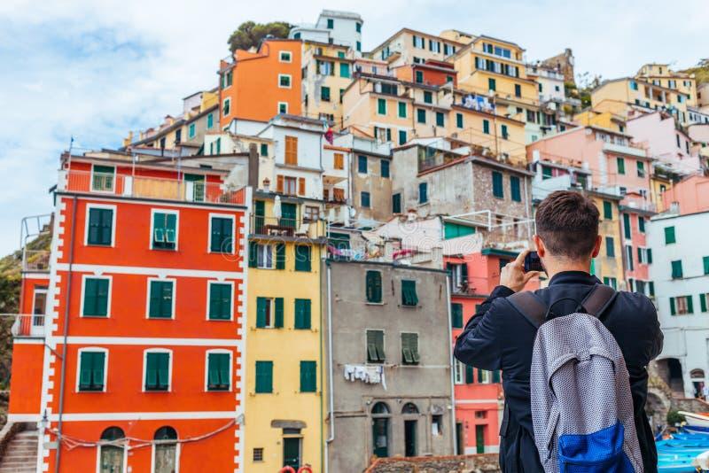Młody człowiek podróżuje przez Europa i bierze obrazek obrazy royalty free