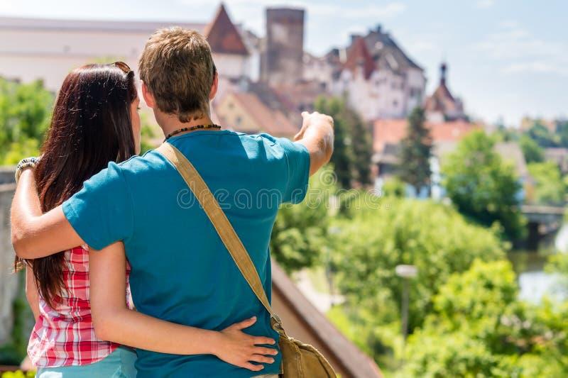 Młody człowiek pokazywać grodową architekturę kobiecie zdjęcie stock
