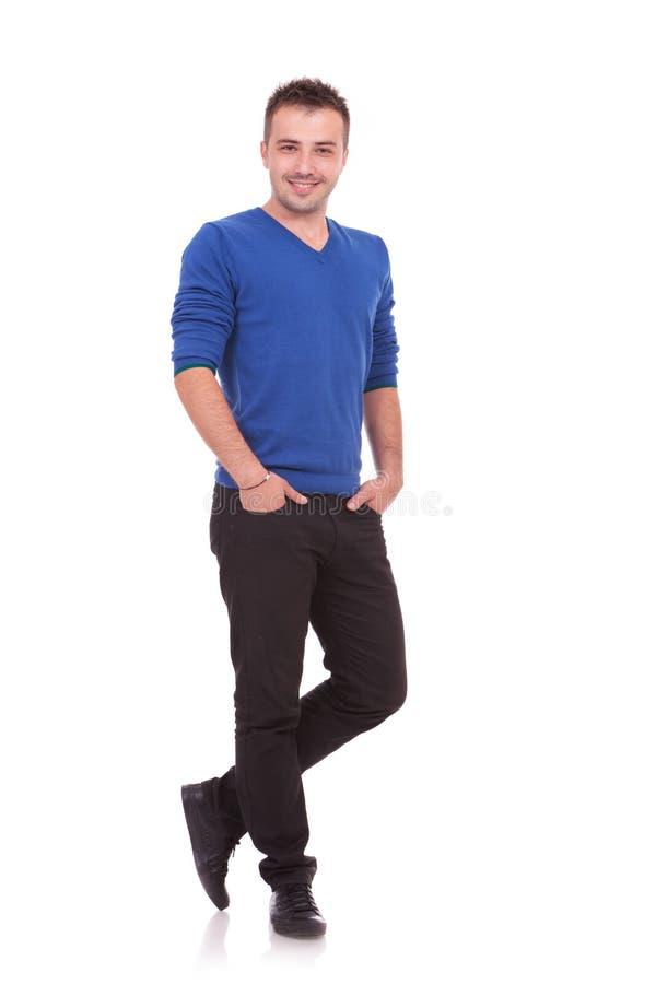 Młody człowiek pozycja z rękami w kieszeniach zdjęcia royalty free
