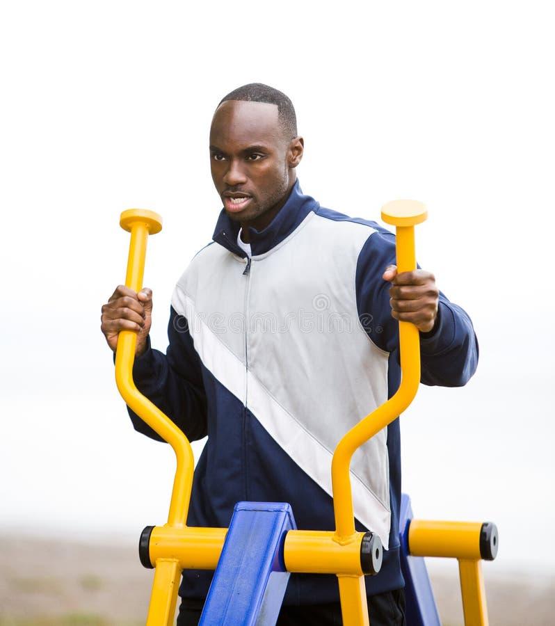 Młody człowiek pracujący przy plenerowym gym out zdjęcia royalty free