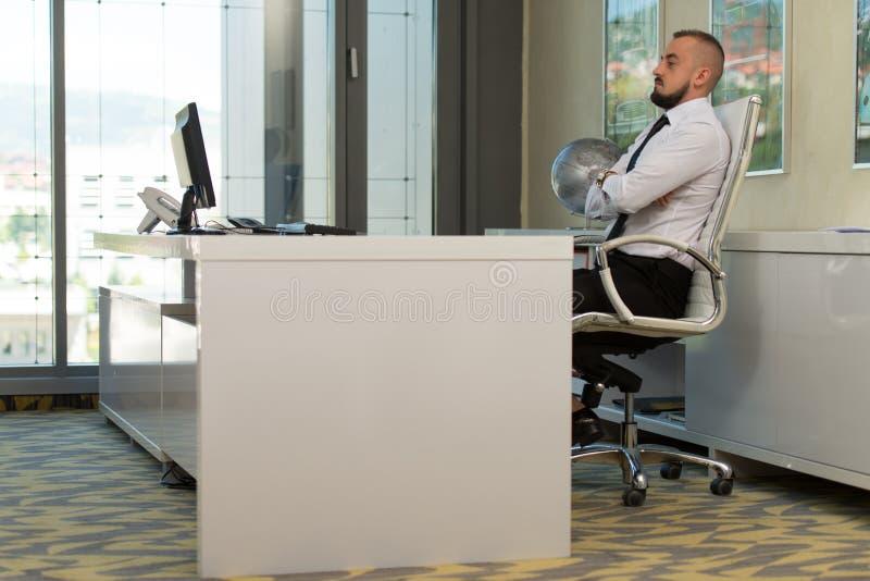 Download Młody Człowiek Pracuje Na Komputerze W Biurze Zdjęcie Stock - Obraz złożonej z bankowość, kierownictwo: 42525194