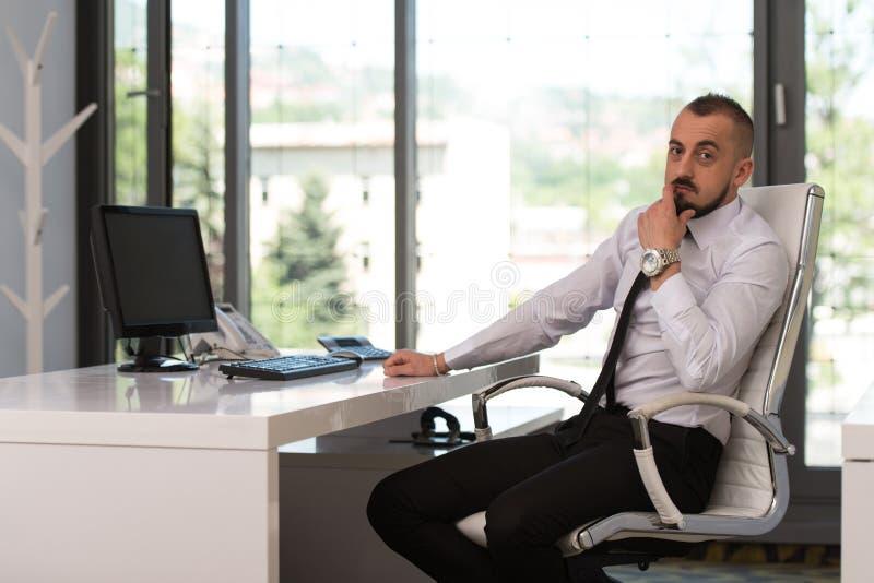Download Młody Człowiek Pracuje Na Komputerze W Biurze Zdjęcie Stock - Obraz złożonej z ufny, samiec: 42525278