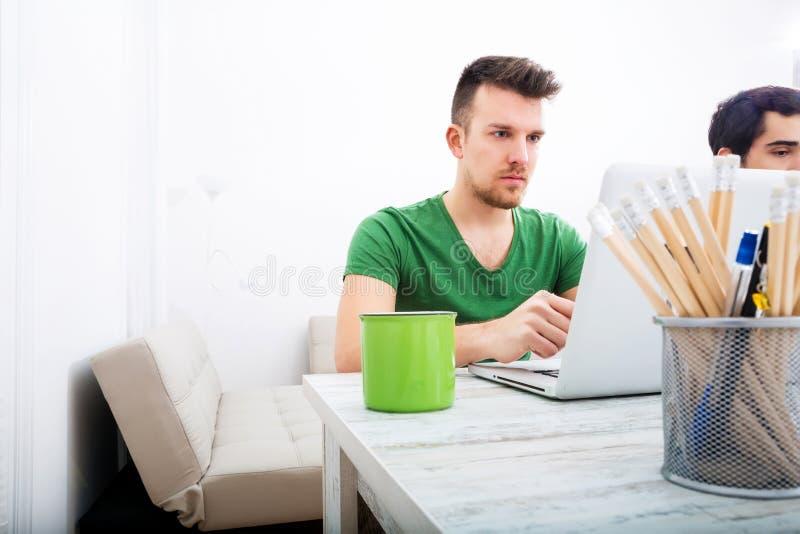 Download Młody Człowiek Pracuje W Biurze Obraz Stock - Obraz złożonej z laptop, koszula: 57652659