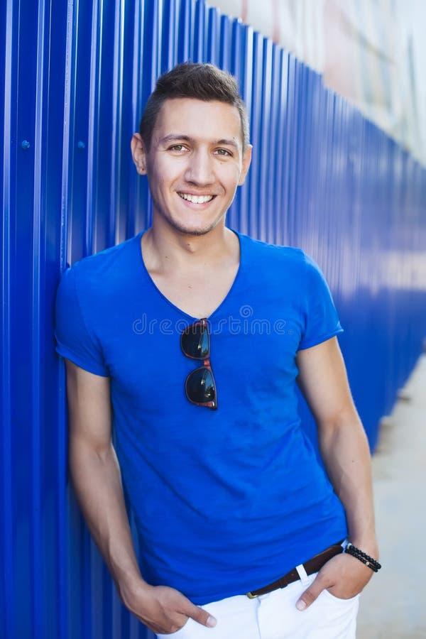 Download Młody Człowiek Przy Błękitną ścianą Obraz Stock - Obraz złożonej z glassful, naturalny: 57653727