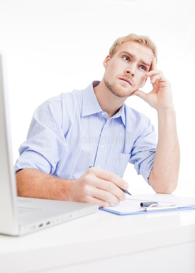 Młody człowiek przy biurowym główkowaniem obraz stock