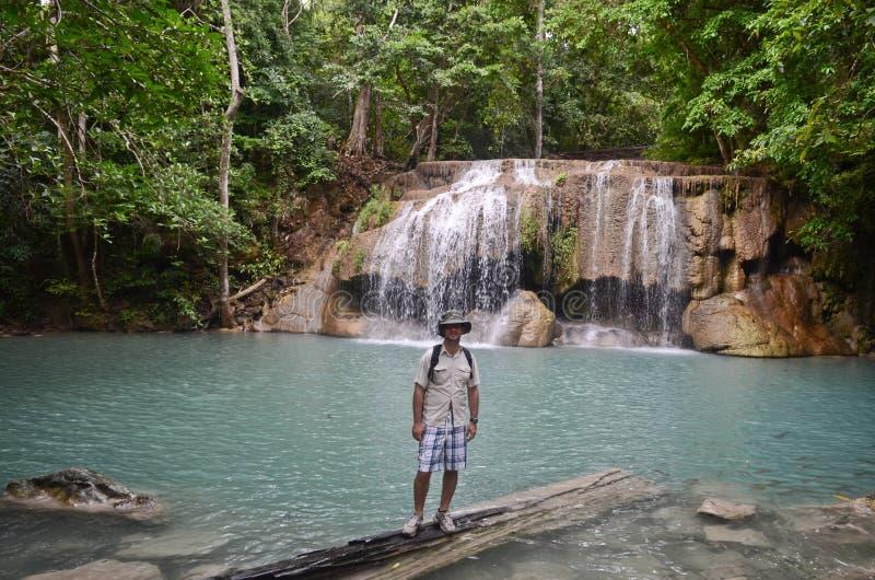 Młody człowiek przy Erawan spada w Tajlandia fotografia royalty free