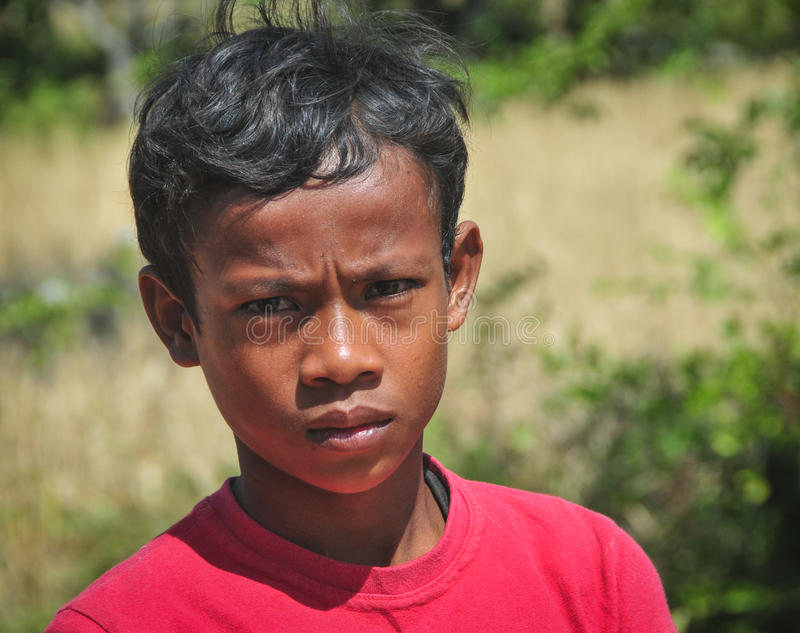 Młody człowiek przy Khmer wioską w Kampot, Kambodża zdjęcia royalty free