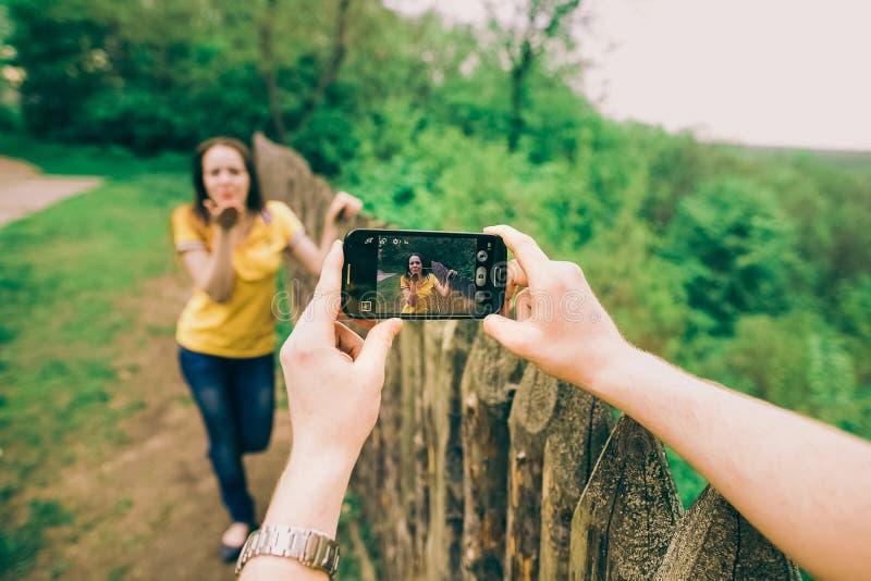 Młody człowiek robi fotografii jego dziewczyna fotografia stock