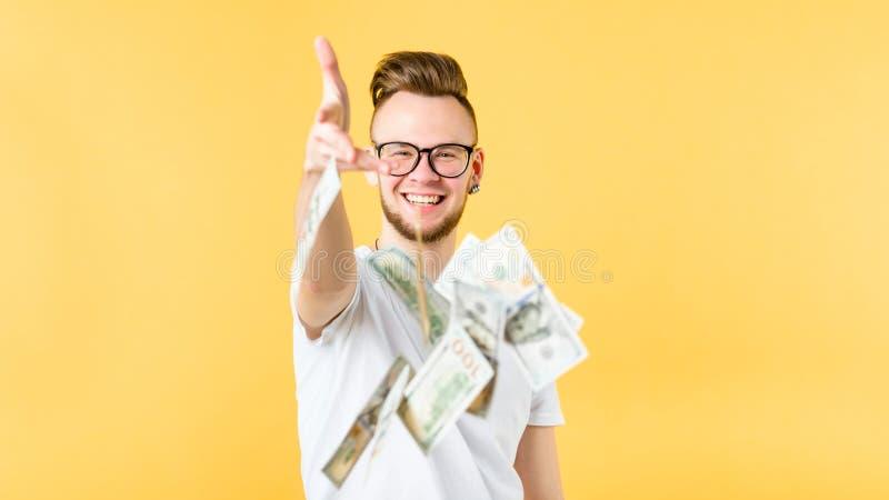 M?ody cz?owiek rzuca dolary wietrzy handlu cashback zdjęcia stock
