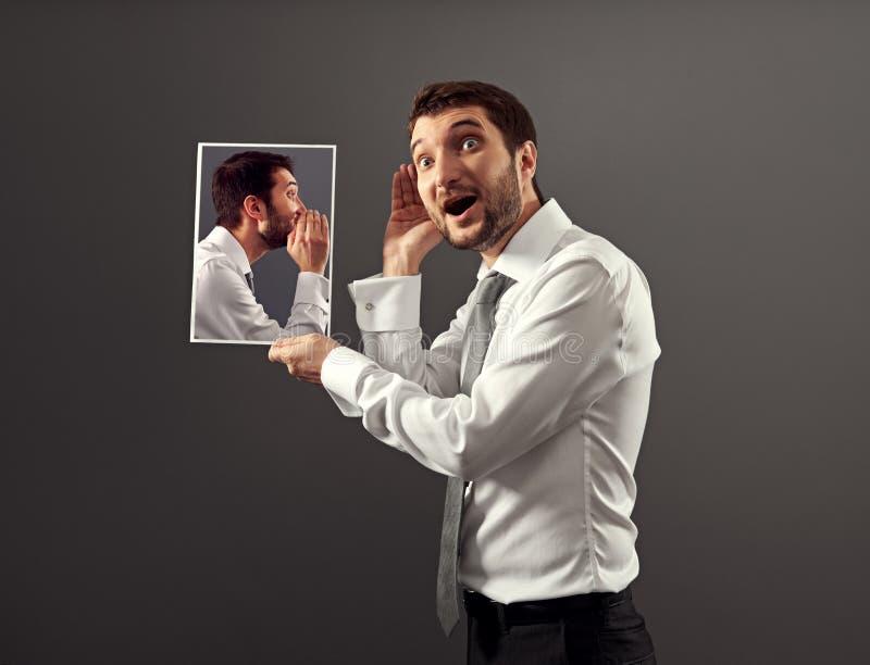 Mężczyzna słucha jego wewnętrznego głos obrazy royalty free