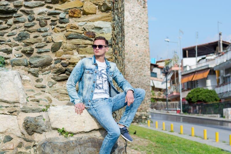 Młody człowiek siedzi blisko Trigonion wierza w Górnym fortecy miasto w Saloniki, Grecja obraz royalty free