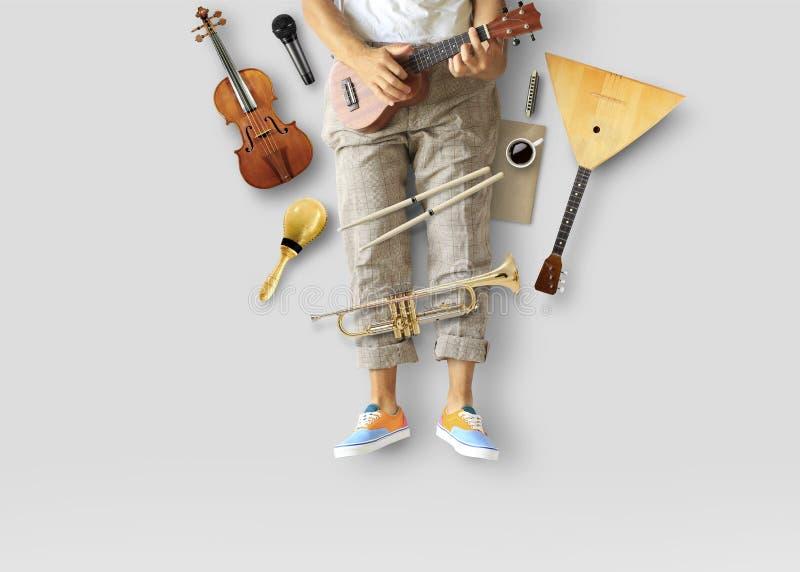Młody człowiek siedzi gitarę i bawić się fotografia stock