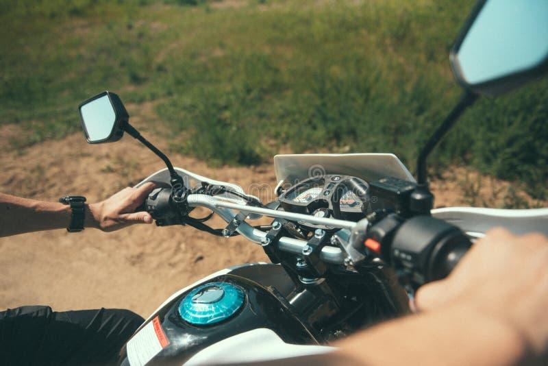 Młody człowiek siedzi za kołem motocykl osoby widok zdjęcie royalty free