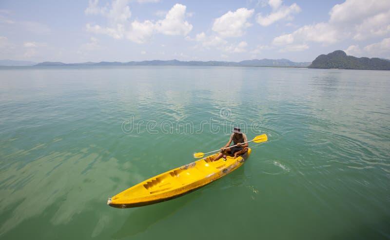 Młody Człowiek TARGET93_1_ Czółno Na Tropikalnej Wyspie obraz royalty free