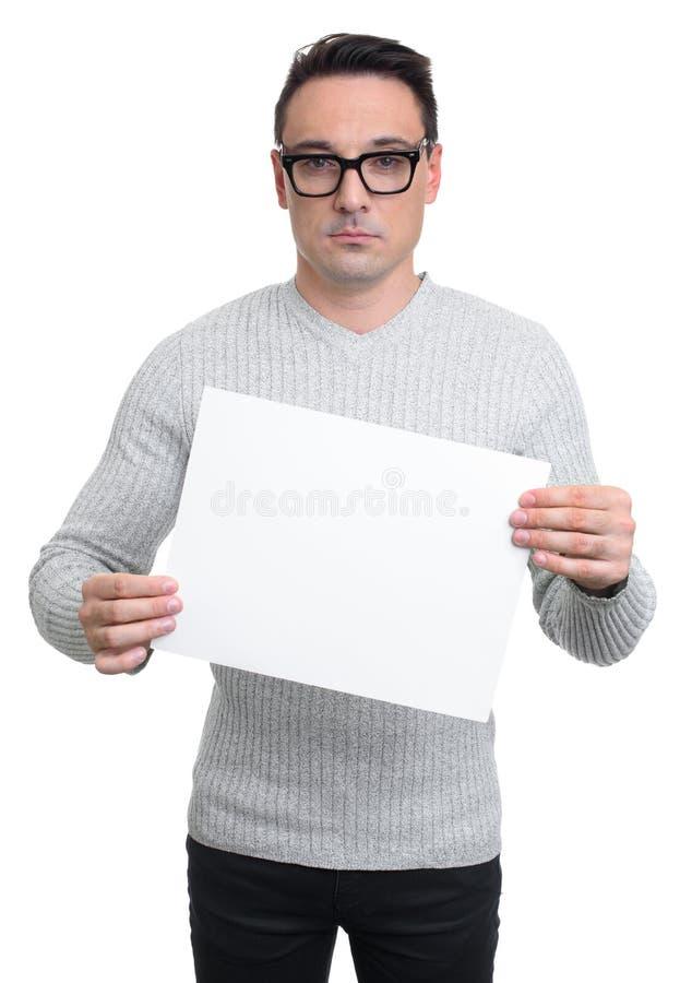 Młody człowiek trzyma pustą białą deskę, odosobnioną obraz royalty free