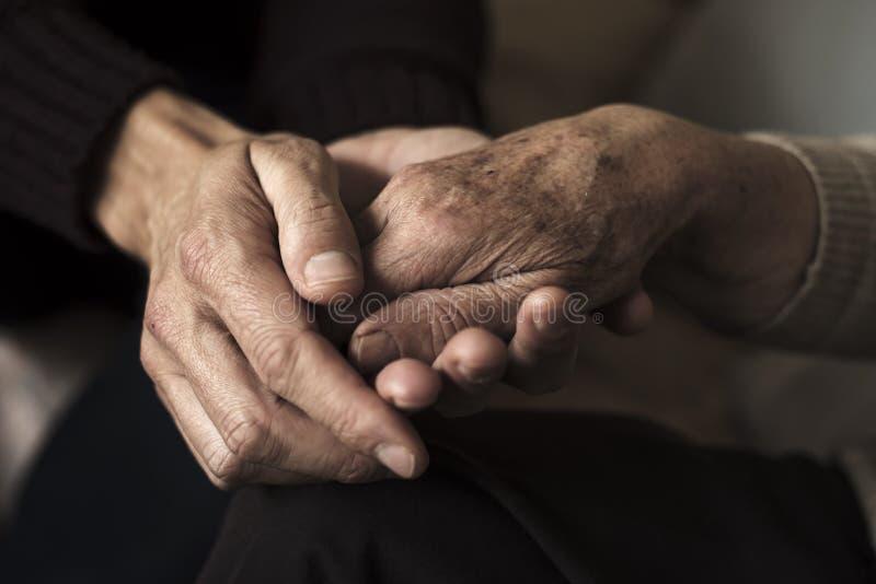 Młody człowiek trzyma rękę stara kobieta obrazy stock
