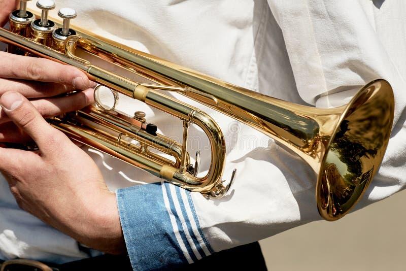 Młody człowiek trzyma tubowego instrument muzycznego fotografia stock