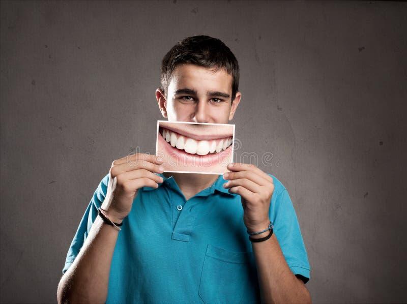 Młody człowiek trzyma uśmiech zdjęcia stock