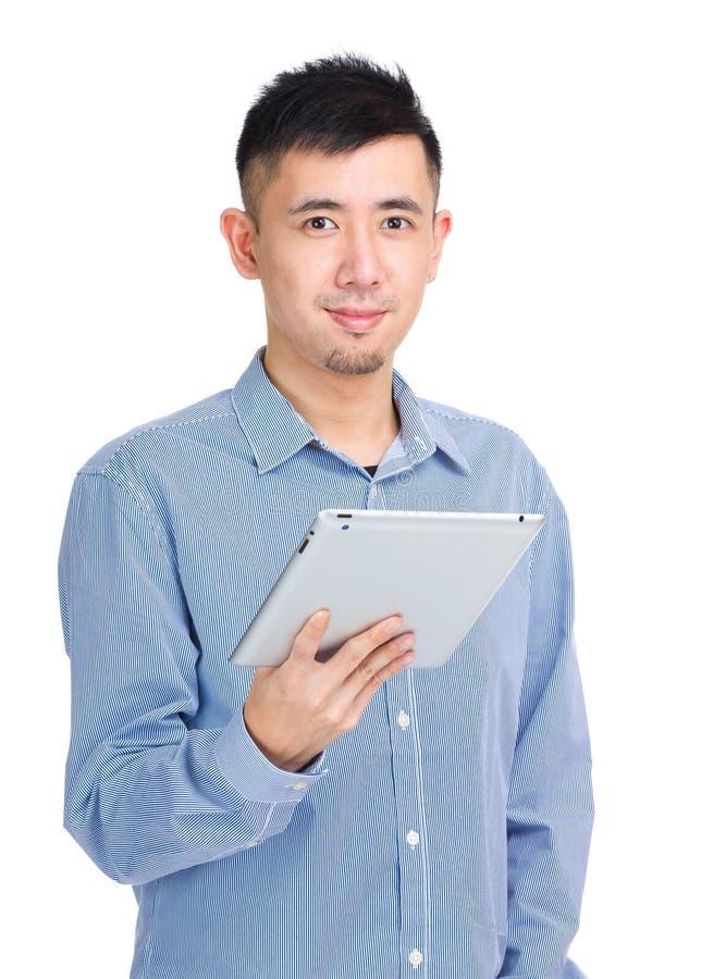 Młody człowiek używa cyfrową pastylkę obraz royalty free
