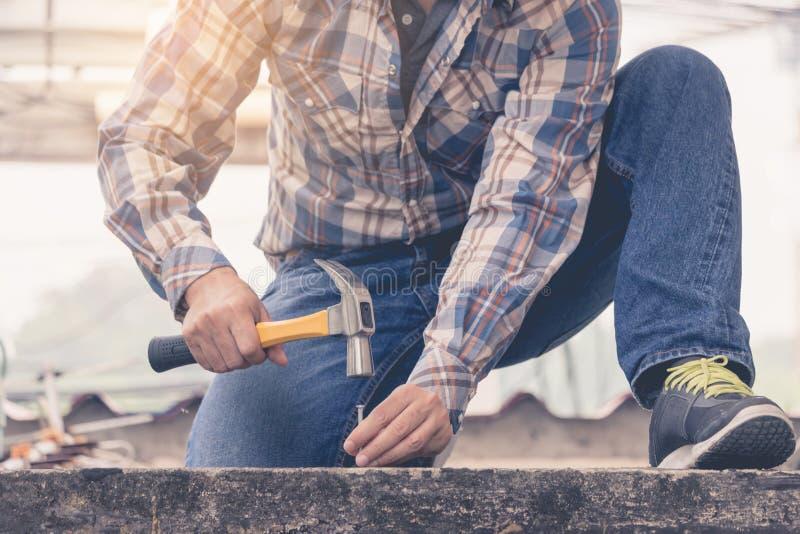 Młody człowiek używa młot przybijać beton zdjęcia stock