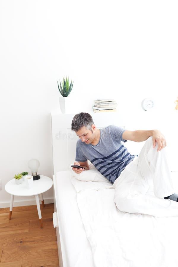 Młody człowiek używa telefon komórkowego zdjęcia royalty free