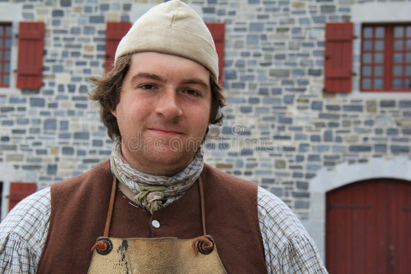 Młody człowiek ubierał w rzemiennym fartuchu dostaje przygotowywający pracować zacerowanie buty, fort Ticonderoga, Nowy Jork, 201 zdjęcie royalty free