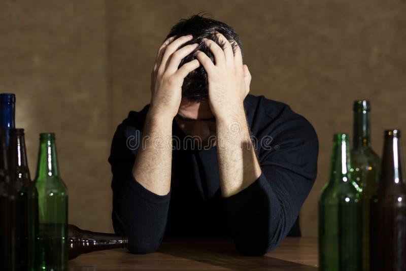 Młody człowiek uzależniający się alkohol obrazy stock