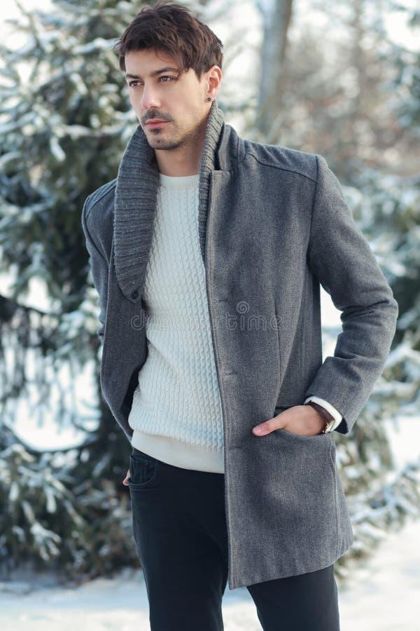 Młody człowiek w śnieżnym parku fotografia stock