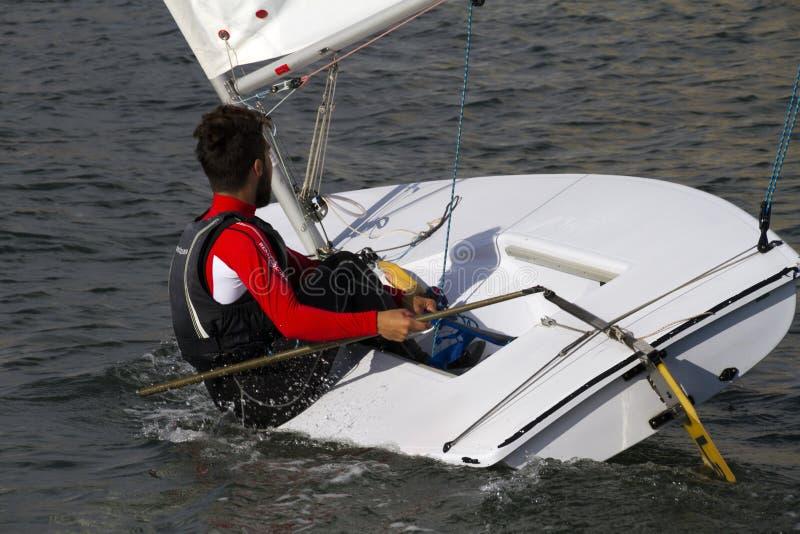 Młody człowiek w żeglowanie łodzi obraz royalty free
