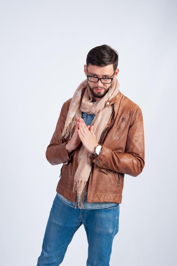 Młody człowiek w brown skórzanej kurtce fotografia stock